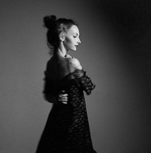 Indie Folk-Pop Artist Gal Musette Drops Delicate & Longing Piano-Pop Track